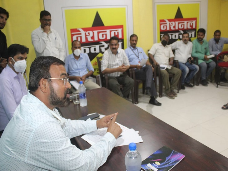 आजमगढ़ दाैरे पर आए नोडल अधिकारी के रविन्द्र नायक ने जन-संवाद कार्यक्रम कर जिले की समस्याओं के बारे में लिया फीडबैक। - Dainik Bhaskar