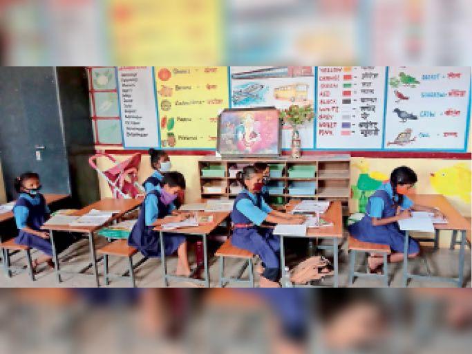 सरकारी स्कूलों में अब सभी कक्षाएं लग रहीं हैं। - Dainik Bhaskar