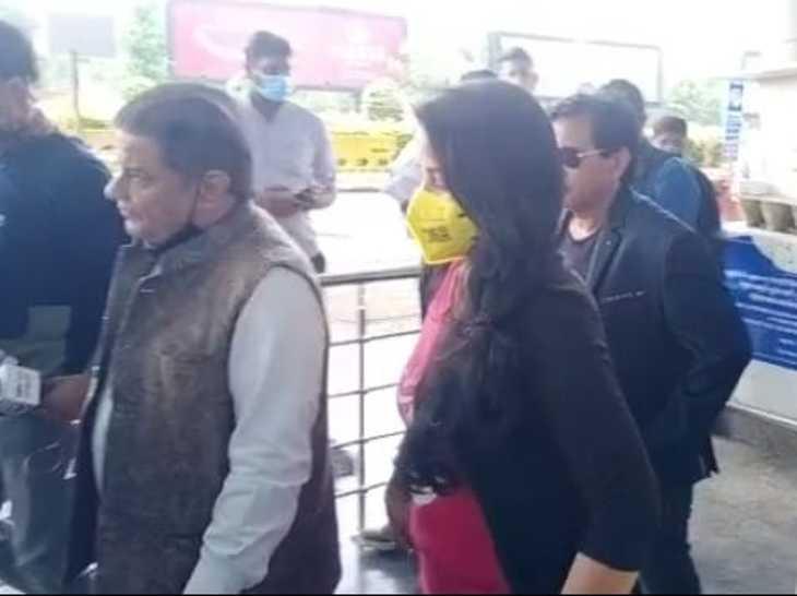 भजन गायक जलोटा और गिरीश विश्वा इंदौर एयरपोर्ट पहुंचे, कार से उज्जैन रवाना|इंदौर,Indore - Dainik Bhaskar