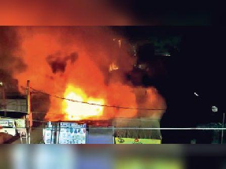 राजगीर में जलता दुकान। - Dainik Bhaskar
