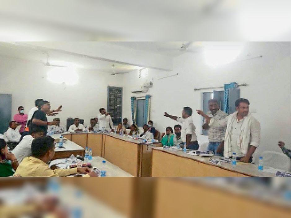 सामान्य सभा की बैठक में तनातनी व बहस करते पार्षद। - Dainik Bhaskar