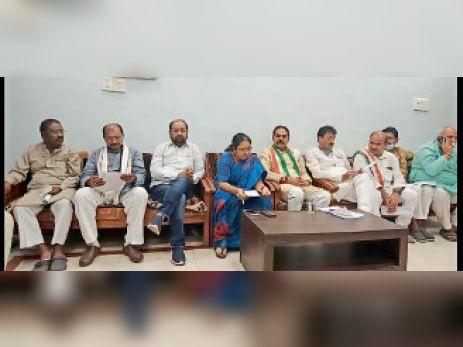 मीडिया से चर्चा करते कांग्रेस पदाधिकारी। - Dainik Bhaskar