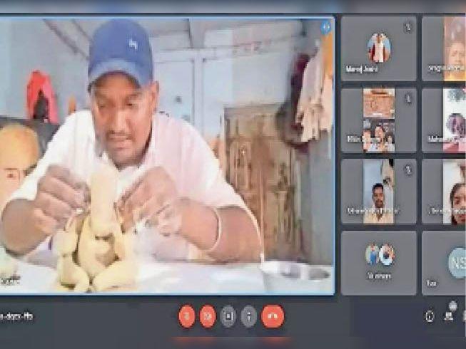 समन्वयक जोशी ऑनलाइन प्रशिक्षण दे रहे हैं। - Dainik Bhaskar