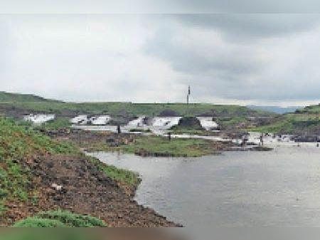 खारक बांध की स्पील से अब पानी बहने लगा है। - Dainik Bhaskar