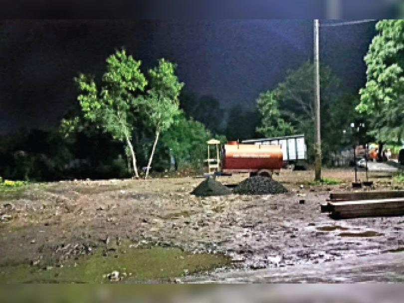 यहां चौकी निर्माण के लिए रात में लगने वाली दुकानों का कब्जा हटाया है। - Dainik Bhaskar