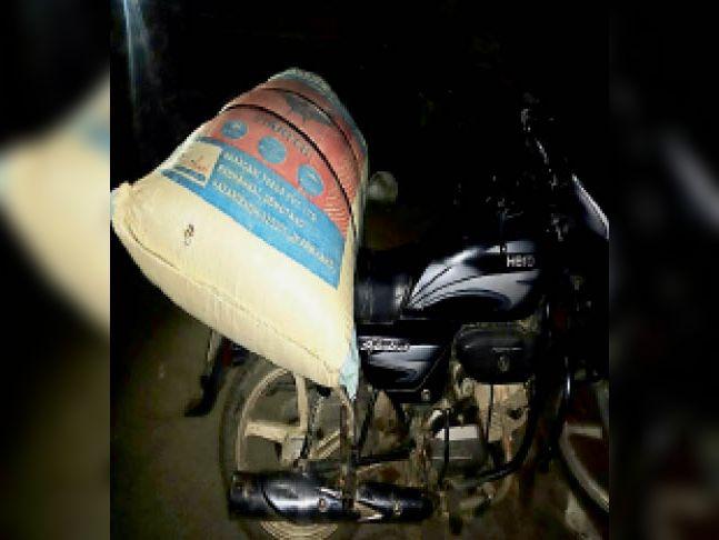 जब्त बाइक और डोडा। - Dainik Bhaskar