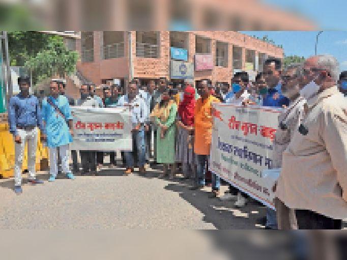 बाड़मेर. कलेक्ट्रेट के बाहर विरोध-प्रदर्शन करते शिक्षक संघ के पदाधिकारी। - Dainik Bhaskar