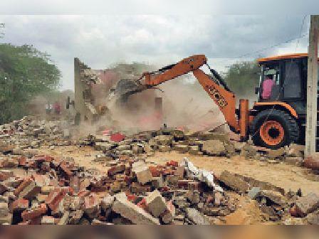 धोरीमन्ना.भीमथल में ओरण जमीन से कब्जे हटाते हुए। - Dainik Bhaskar
