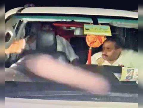 कार में सवार विधायक। - Dainik Bhaskar
