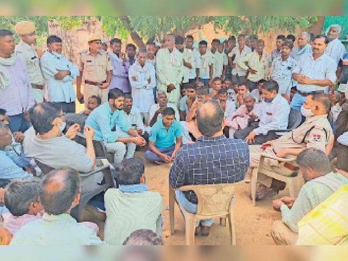 नगर. लादियाका में पीडितों को समझाते पुलिस व प्रशासनिक अधिकारी। - Dainik Bhaskar