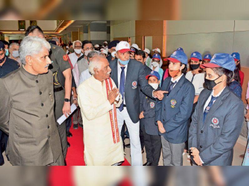 राेहतक.एमडीयू के टैगाेर ऑडाेटाेरियम में शिक्षक दिवस पर आयाेजित कार्यक्रम के दाैरान खिलाड़ियाें से मिलते राज्यपाल बंडारु दत्तात्रेय। - Dainik Bhaskar