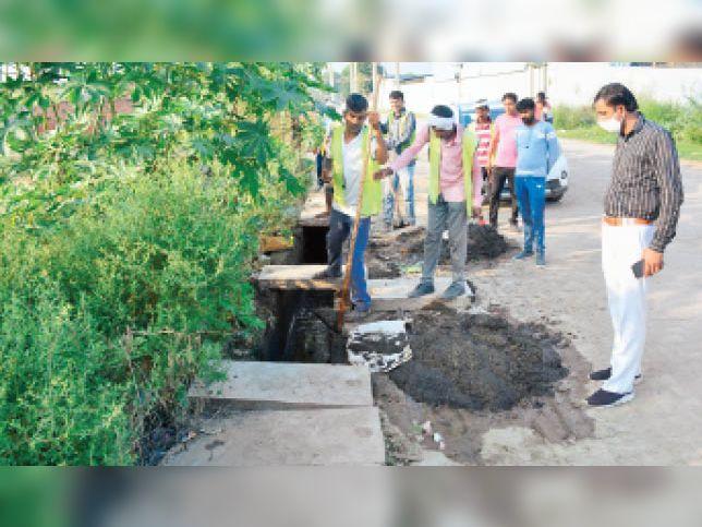 रैनकपुरा के पास चमारिया रोड पर बरसाती नाले की सफाई करने पहुंची नगर निगम की टीम। - Dainik Bhaskar