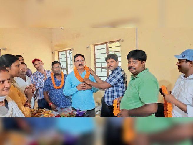 हरनौत में मनरेगा के जूनियर इंजीनियर को माला पहनाकर विदाई देते कर्मी। - Dainik Bhaskar