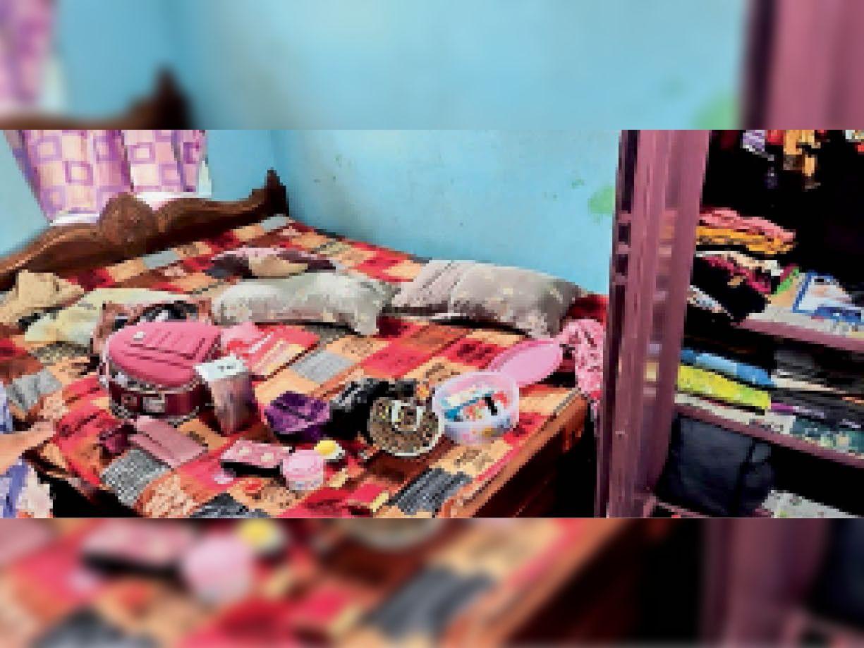 घर में बिखरा पड़ा सामान - Dainik Bhaskar