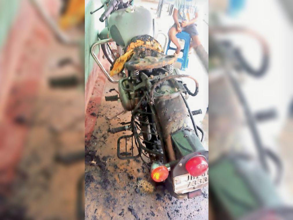 घटना के बाद जली बाइक । - Dainik Bhaskar
