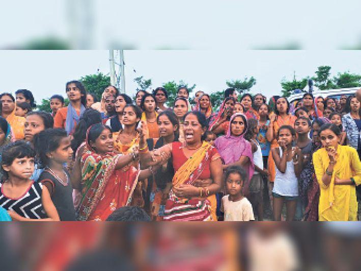 दुकानदार की लाश मिलने के बाद रोते बिलखते परिजन। - Dainik Bhaskar