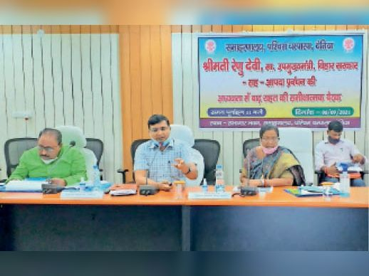 बैठक में अधिकारियों को निर्देश देती डीप्टी सीएम रेणु देवी। - Dainik Bhaskar