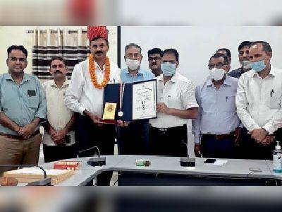 शिक्षकों का अभिनंदन करते कलेक्टर। - Dainik Bhaskar
