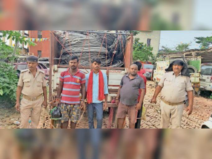 गिरफ्तार आरोपियों को न्यायिक हिरासत में ले जाती सिमरी पुलिस। - Dainik Bhaskar