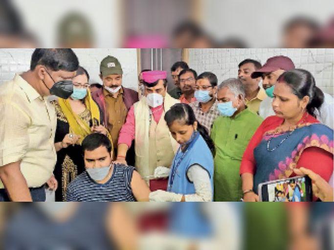 मेट्रो अस्पताल में वैक्सीनेशन के उद्घाटन के बाद निरीक्षण करते मंत्री जीवेश मिश्रा। - Dainik Bhaskar