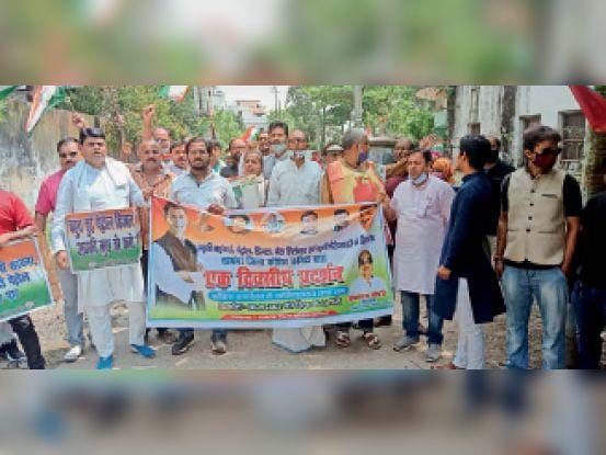 महंगाई के विरोध में प्रतिरोध मार्च में शामिल कांग्रेस नेता व कार्यकर्ता। - Dainik Bhaskar