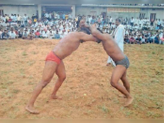 गढ़ीवांधवा|कुश्ती लड़ते हुए पहलवान। - Dainik Bhaskar