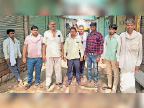 मासलपुर  रसोई गैस की बढ़ती कीमतों को लेकर मासलपुर में सरकार के खिलाफ विरोध-प्रदर्शन करते आक्रोशित ग्रामीण। - Dainik Bhaskar