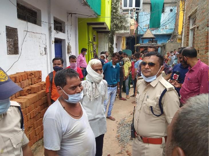 घटनास्थल के बाहर पड़ोसियों से पूछताछ करते एएसपी राजेश डंडौतिया।