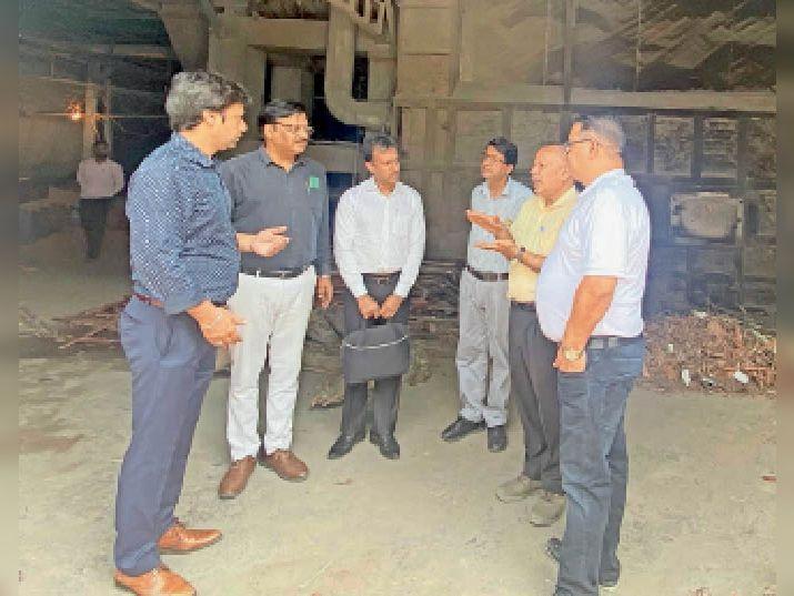 यमुनानगर प्लाइवुड फैक्ट्री में सर्वे करने पहुंची टीम। - Dainik Bhaskar