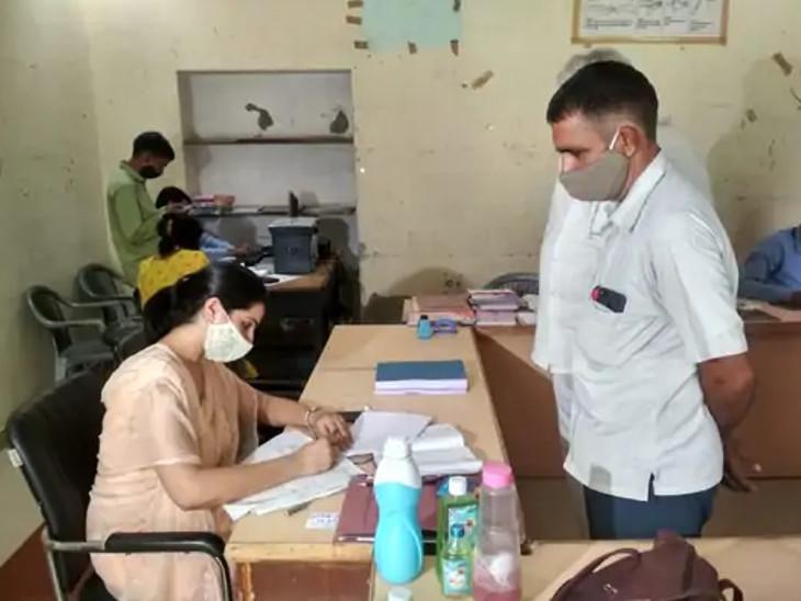 जयपुर के बनीपार्क स्थित कार्यालय पर जिला परिषद सदस्य के लिए नामांकन पत्र चेक करती रिटर्निंग ऑफिसर अर्षदीप बराड़।