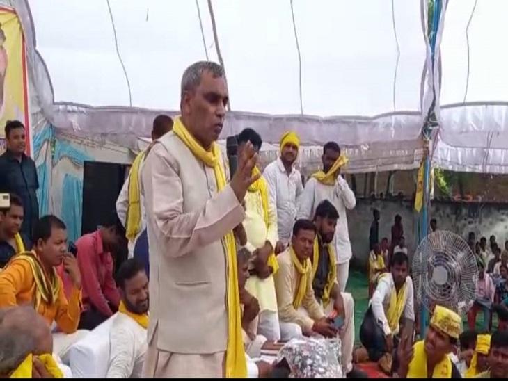 आजमगढ़ जिले में जनसभा को सम्बोधित करते हुए भागीदारी संकल्प मोर्चा के राष्ट्रीय संयोजक ओम प्रकाश राजभर। - Dainik Bhaskar