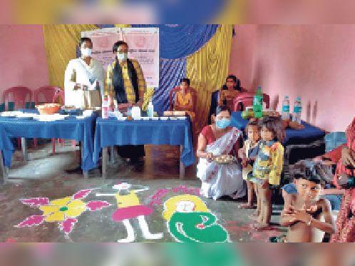 कार्यक्रम में शामिल सीडीपीओ व अन्य - Dainik Bhaskar