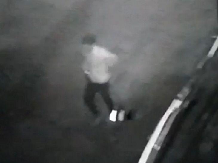 चोर मंदिर में घुसते हुए कैमरे में कैद हो गया।