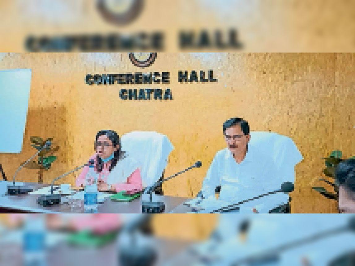 बैठक में उपस्थित डीसी व डीडीसी। - Dainik Bhaskar
