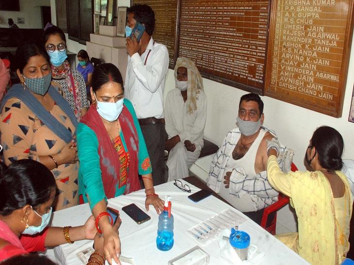 वैक्सीनेशन केंद्रों पर सुबह सात बजे से भीड़ लगना शुरू हो गई।अभिभावकों और महिलाओं के लिए अलग से सेंटर बनाए गए हैं। - Dainik Bhaskar