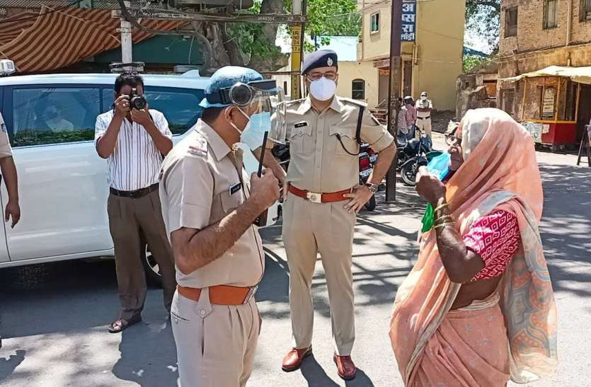 लाठियां भांजने वाली पुलिस ने 8 माह में 50 हजार लोगों से 58 लाख रुपए जुर्माना वसूला खंडवा,Khandwa - Dainik Bhaskar