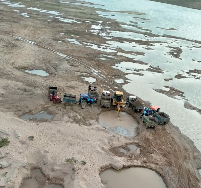यहां होता है, सबसे अधिक चंबल की अवैध रेत का खनन, दर्जनों ट्रेक्टर हर दिन रेत भर कर निकलते यहां से|मुरैना,Morena - Dainik Bhaskar