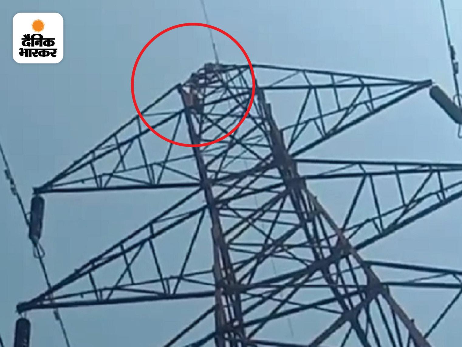 कोरबा में 120 फीट की ऊंचाई पर रस्सी बांधकर उल्टा लटका, पुलिस समझाने में लगी; 6 महीने पहले चढ़ा था|छत्तीसगढ़,Chhattisgarh - Dainik Bhaskar