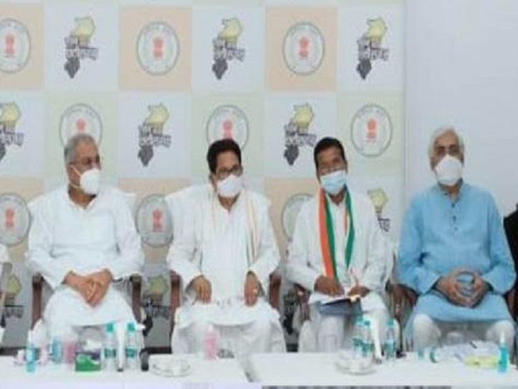 तस्वीर 25 जुलाई की शाम मुख्यमंत्री निवास में हुई विधायक दल के बैठक की है।