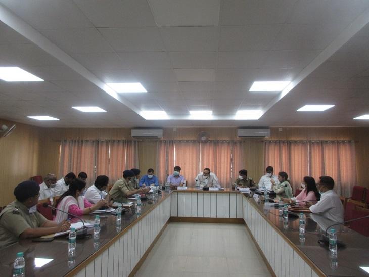 बैठक लेते सचिव एवं नोडल अधिकार - Dainik Bhaskar