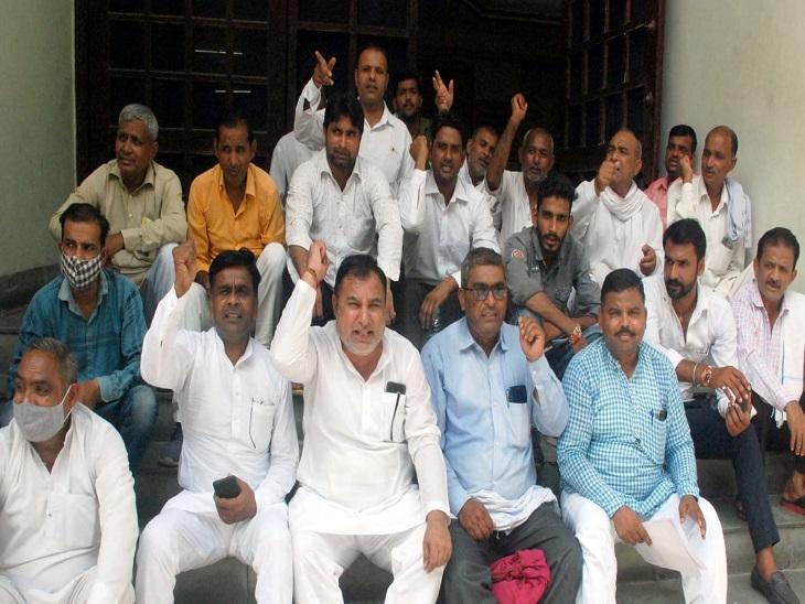 सीडीओ कार्यालय के बाहर धरना प् - Dainik Bhaskar