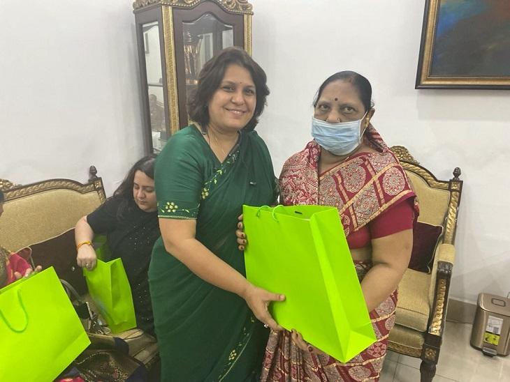 कांग्रेस प्रवक्ता सुप्रिया श्रीनेत को ऐसे उपहार देकर विदा किया।