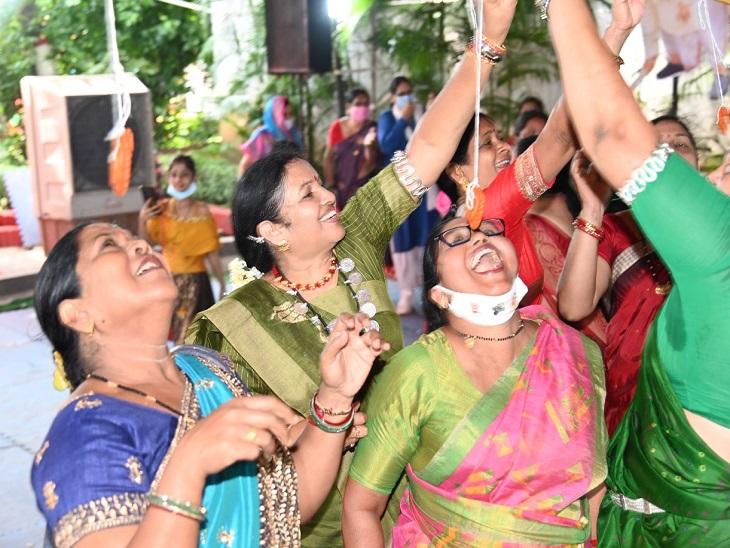 सांसद छाया वर्मा भी महिलाओं के साथ जलेबी के लिए प्रतिस्पर्धा करती दिखीं।