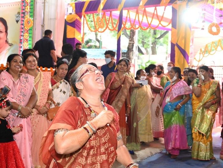 जलेबी दौड़ में राज्य महिला आयोग की अध्यक्ष किरणमयी नायक इस अंदाज में नजर आईं।