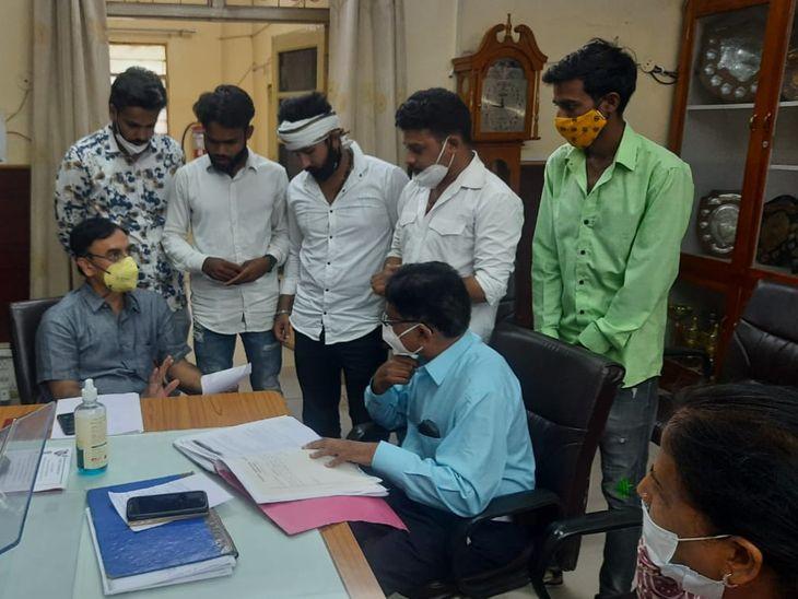 छात्रों ने सौंपा ज्ञापन। - Dainik Bhaskar