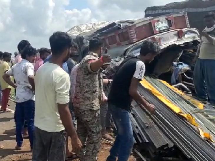 गाय को बचाने की कोशिश में बेकाबू ट्रक पलटा; ड्राइवर की मौत, क्रेन की मदद से निकालना पड़ा शव|शिवपुरी,Shivpuri - Dainik Bhaskar