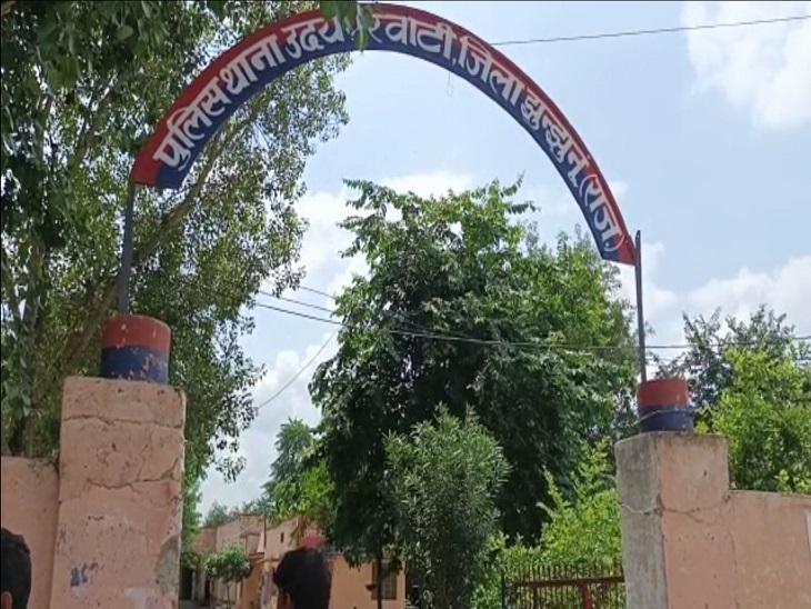 पुलिस ग्रामीणों की ओर से पकड़े गए तीनों लोगों से पूछताछ कर रही है। - Dainik Bhaskar