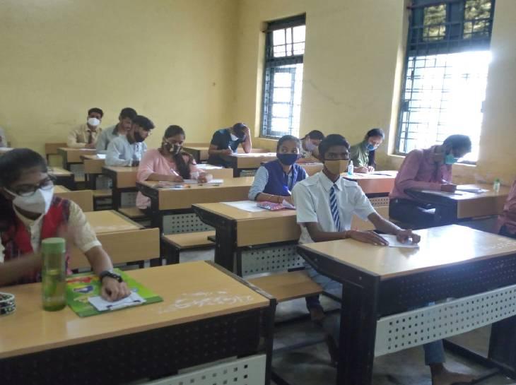 भोपाल के कमला नेहरू स्कूल में 10वीं और 12वीं की विशेष परीक्षा आयोजित की गई। पेपर देते स्टूडेंट्स।