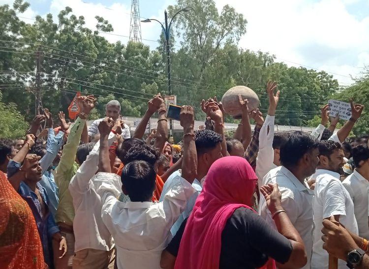 कलेक्ट्रेट के बाहर मटकियां फोड़ विरोध जताते हुए।