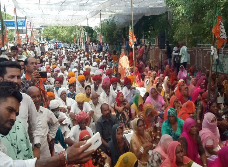 भाजपा के सांकेतिक धरने में मौजूद कार्यकर्ता।